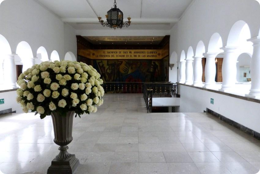 Mosaico y ramo de flores blancas en el Palacio Presidencial de Quito