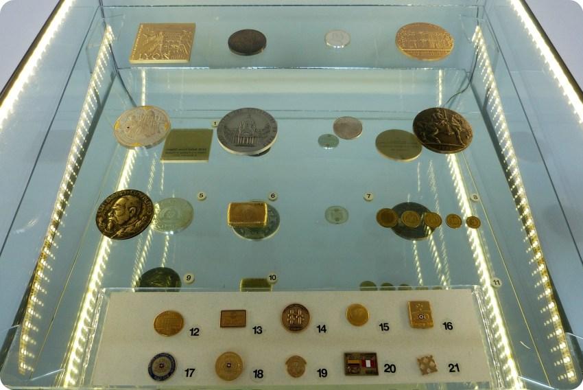 Médailles dans une vitrine au Palacio Presidencial de Quito