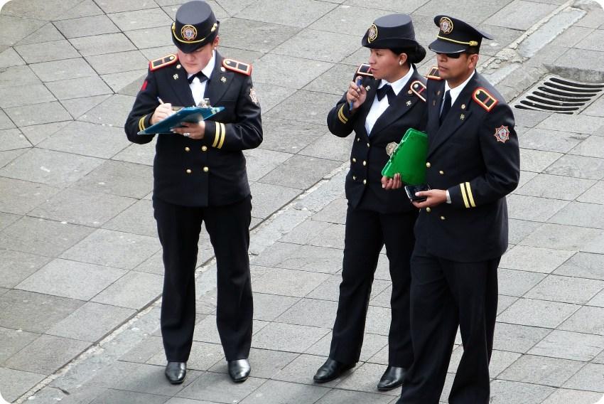 3 policías en la Plaza Grande de Quito