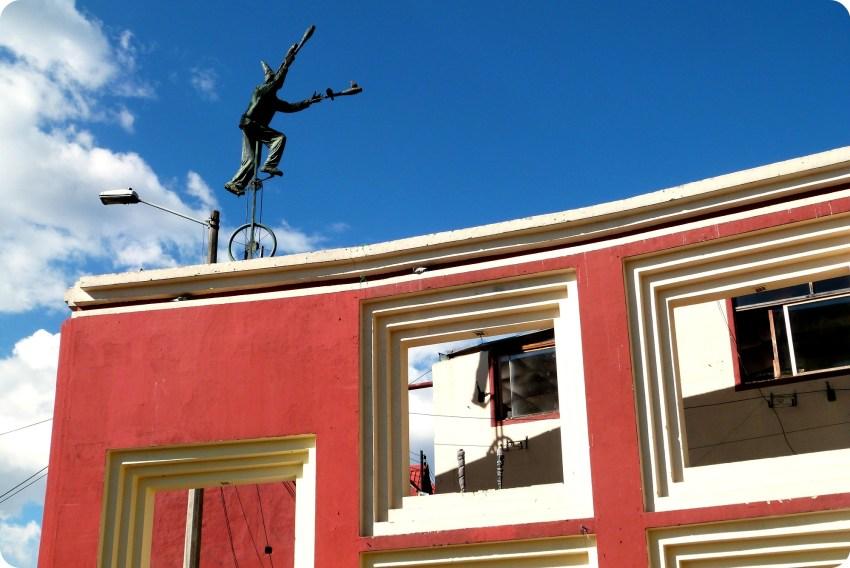 Escultura en la Plazoleta del Chorro de Quevedo en el barrio de la Candelaria de Bogotá