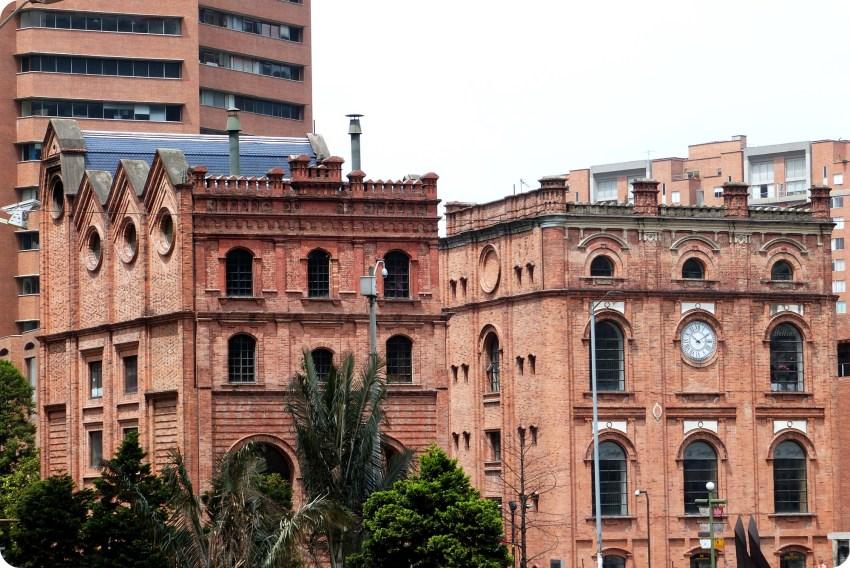 bâtiment avec une architecture en briques en face au Museo Nacional de Bogotá