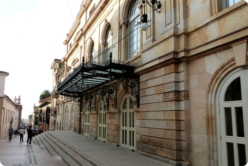 rue de Bogotá avec le Teatro Colón sur le côté