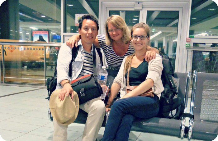 Charles, Charlène et sa maman dans la salle d'attente de l'aéroport de Nantes