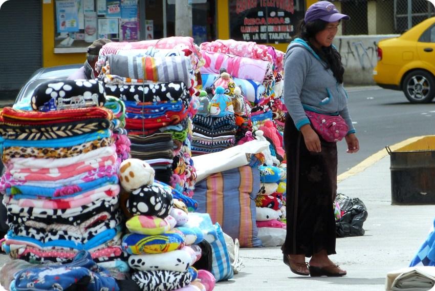 vendedora de colchas en la frontera Ecuador - Colombia