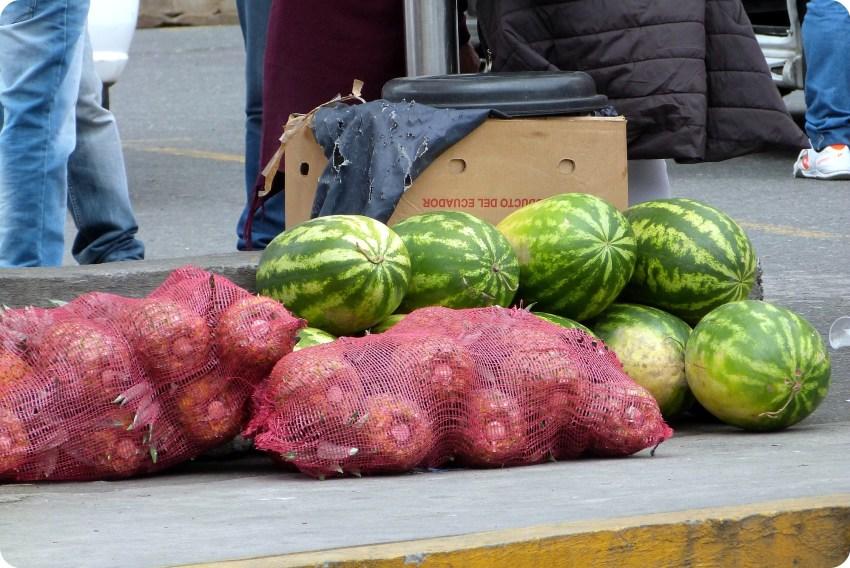 ananas et pastèques vendus à la frontière Equateur - Colombie