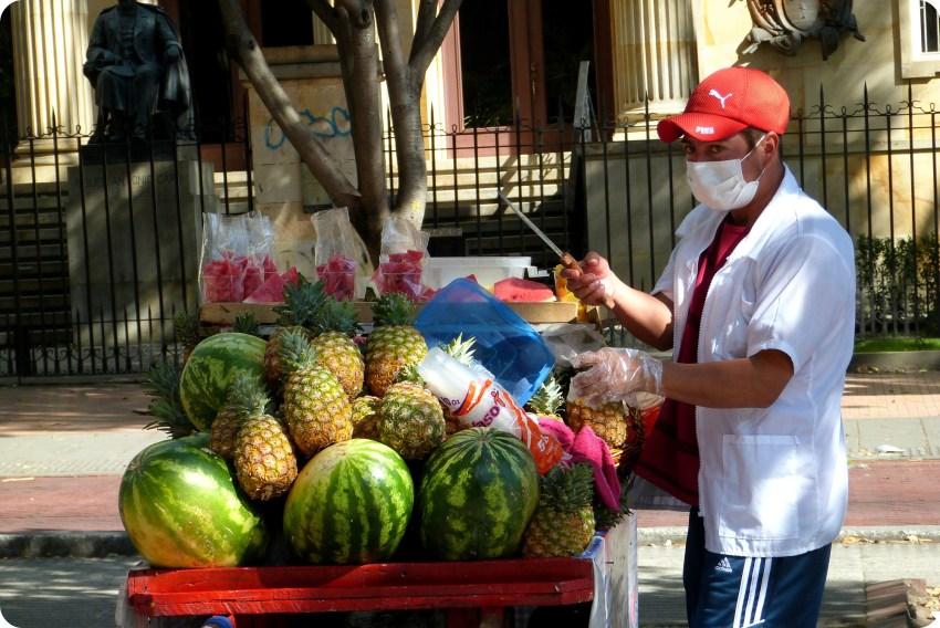 vendeur d'ananas et de pastèques dans une rue de Bogotá