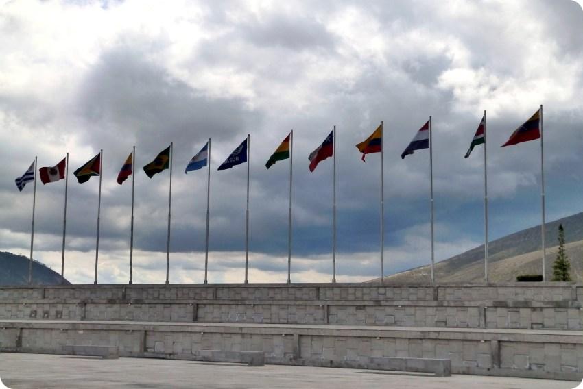 drapeaux des états d'Amérique du Sud à l'unasur près de la Mitad del Mundo de Quito