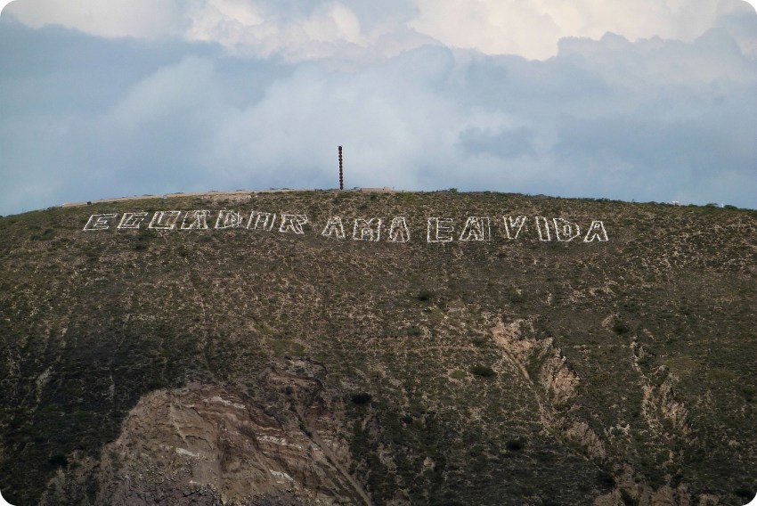 Mensaje en la montaña: Ecuador ama vida en la Mitad del Mundo de Quito