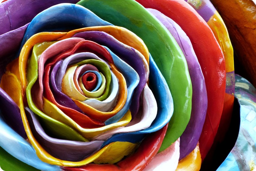 Zoom sur une sculpture de fleur de toutes les couleurs à la Mitad del Mundo de Quito