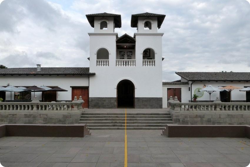 línea del Ecuador pasando en el centro de la iglesia de la Mitad del Mundo de Quito