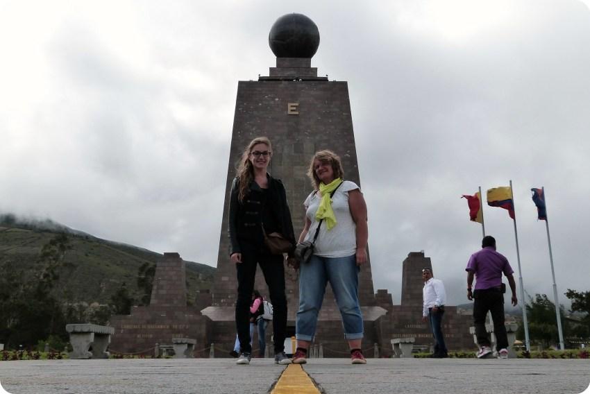 Mamá y yo en la línea de la Mitad del Mundo de Quito