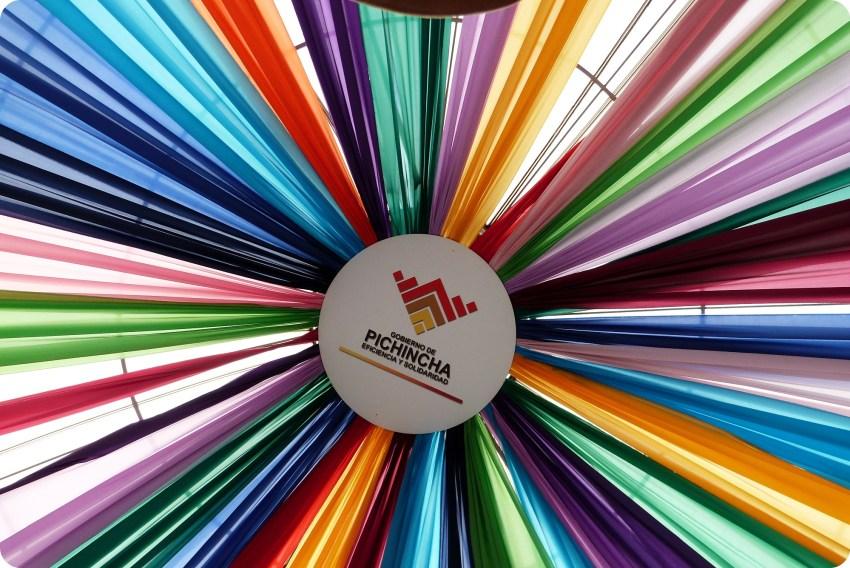tissus de toutes les couleurs à la Mitad del Mundo de Quito