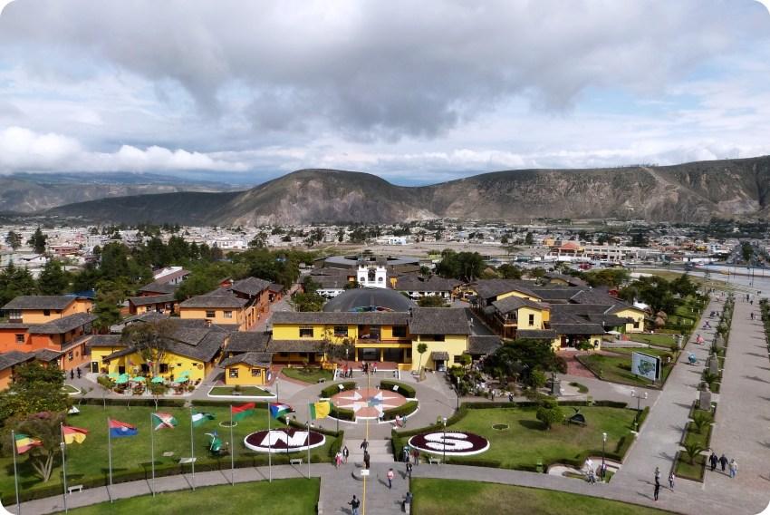 Vue vers l'est depuis le monument de la Mitad del Mundo de Quito