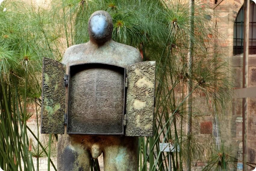 esculturas en el patio del Museo nacional de Colombia de Bogotá