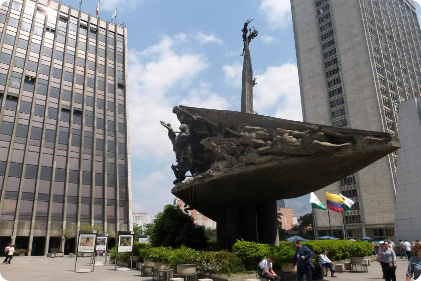 Monumento a la raza sur la plaza de la Gobernación de Medellín