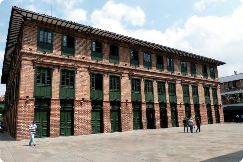 Edificio Carre sur la plaza Cisneros de Medellín