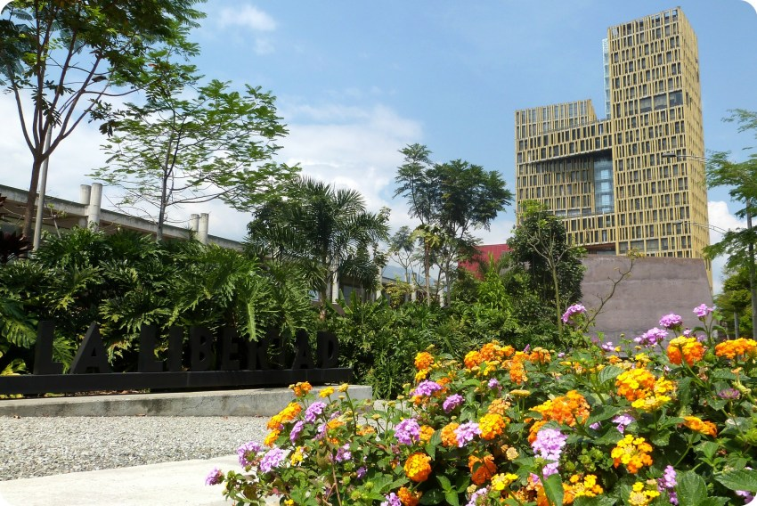 Edificio visto desde la plaza de la libertad de Medellín