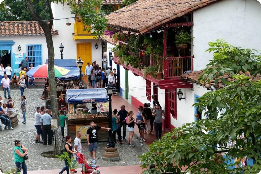 balcones de una casa de la plaza del Pueblito Paisa de Medellín