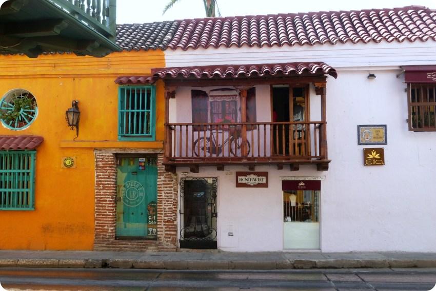 casas coloridas de Cartagena cuyo un restaurante francés: Montmartre, que es blanco y madera