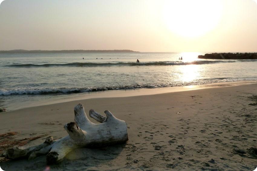 bañistas miran el atardecer sobre el mar en Cartagena de Indias