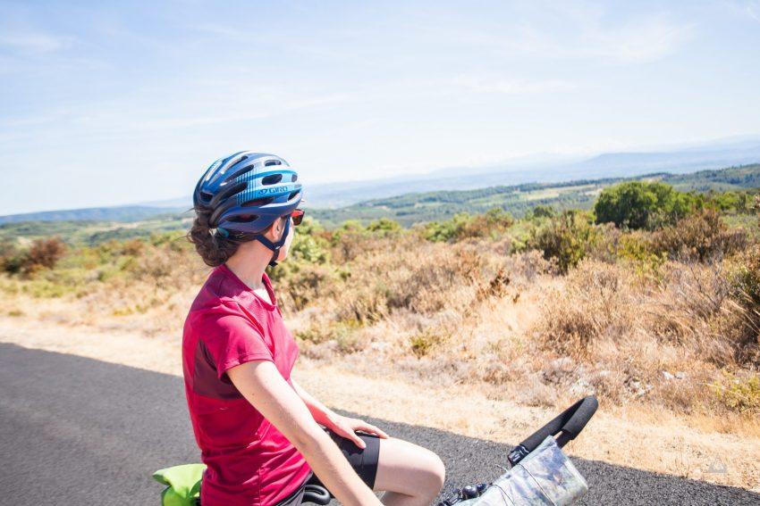 femme voyage à vélo vue paysage hérault charlene