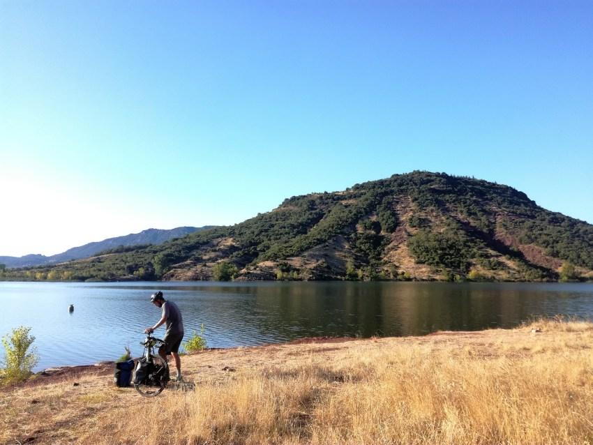 lac du salagou voyage vélo hérault