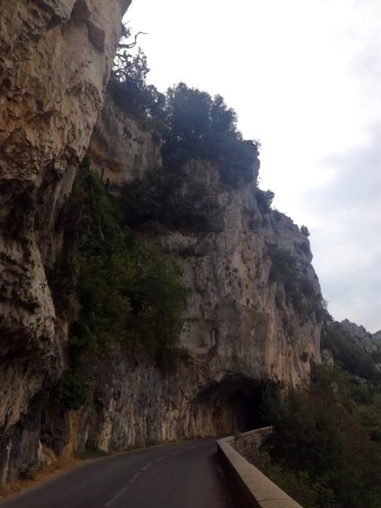 route taillée dans la roche vallon pont d'arc voyage vélo ardeche