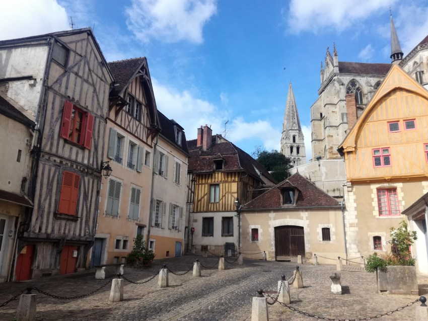 auxerre architecture médiévale yonne voyage vélo