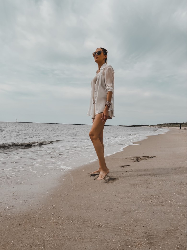 casual summer and beach outfit for women; how to style a button-down shirt