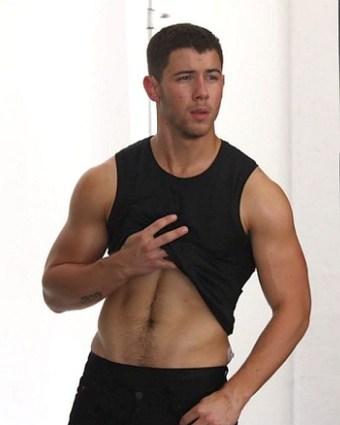 nick-jonas-workout-shirtless-chasethepump-gympaws-gym-gloves.jpg