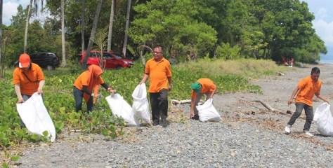Lestarikan Lingkungan, DLH Bolmong Tanam Pohon Pelindung dan Bersih Pantai