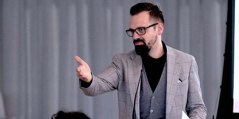 Florian Sochatzy; Institut für digitales Lernen beim Vortrag über digitale Bildung