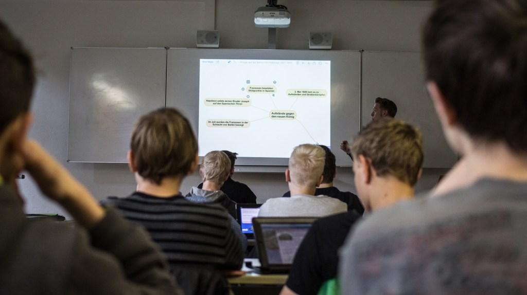Schüler beim digitalen Lernen; Institut für digitales Lernen