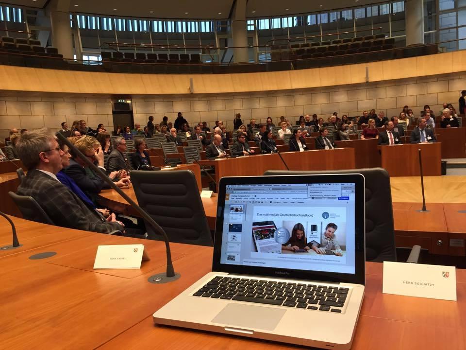 Vorstellung des mBooks vom Institut für digitales Lernen im Landtag von Nordrhein-Westfahlen