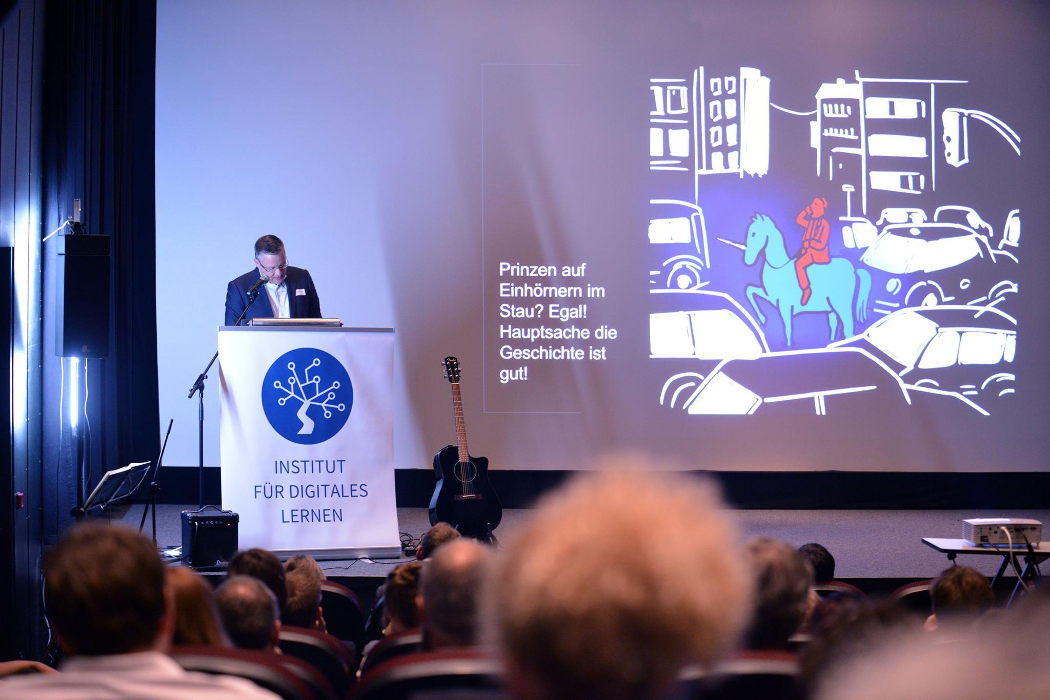 Marcus Ventzke vom Institut für digitales Lernen hält einen Vortrag im Alten Stadttheater in Eichstätt