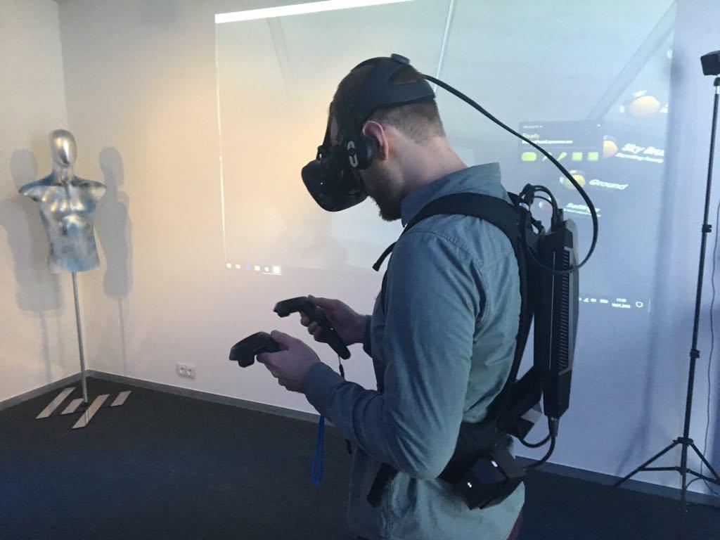 Johannes Grapentin vom Institut für digitales Lernen bedient eine VR-Brille