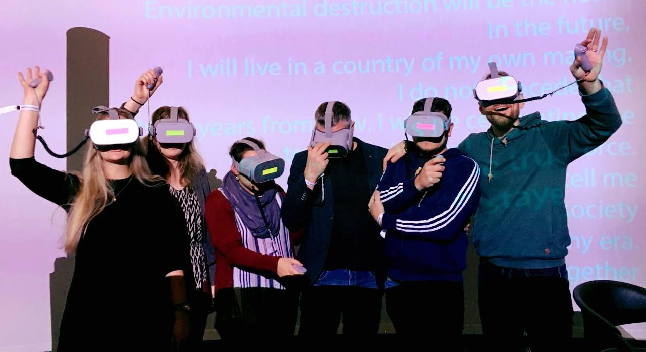 Das Team des Instituts für digitales Lernen mit VR-Brillen auf der Bühne