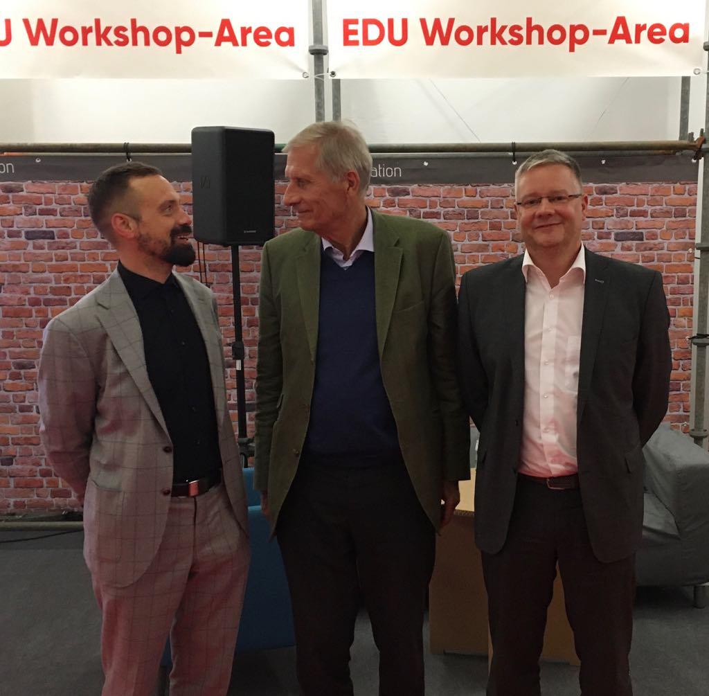 Florian Sochatzy und Marcus Ventzke vom Institut für digtales Lernen sprechen mit Ulrich Wickert