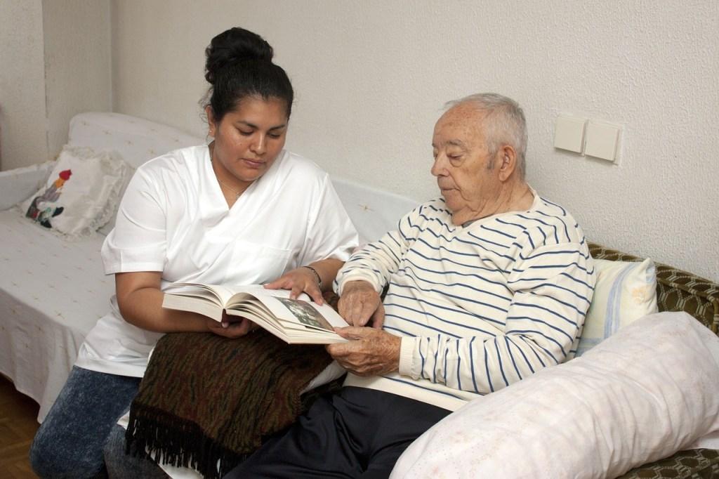 Acompañante cuidando a anciano