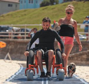 Acceso especial para silla de ruedas en la arena de playa