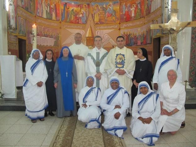 Padre Carlos Walker, Superior General del Inst. del Verbo Encarnado, junto a los religiosos que trabajan en Gaza