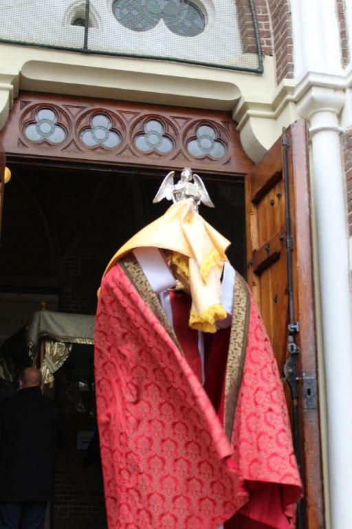 Llegando a nuestra Iglesia San Lorenzo, la bendición con el milagro de la sangre