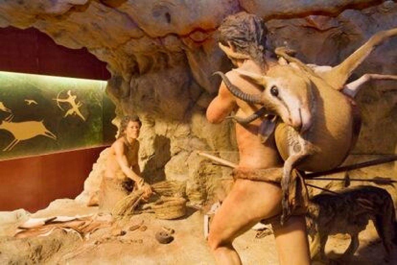 Recriação de una cena pré-histórica de la exposição 'Neolítico. De nômades a sedentários'.