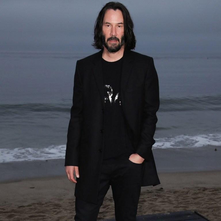 Keanu Reeves estrena corte de pelo para Matrix 4 y se ve muy diferente