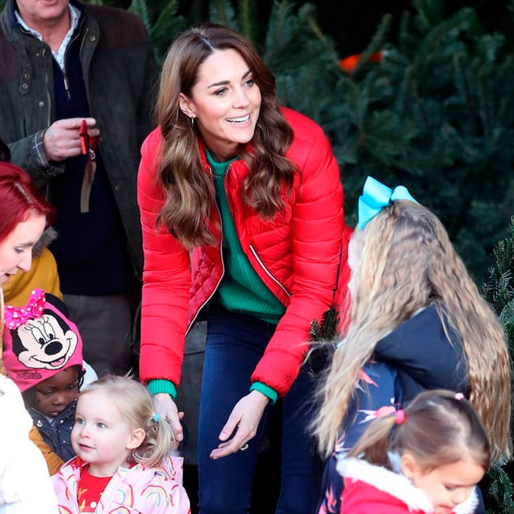 Kate Middleton volvió a usar su puffer jacket roja y su look es Holiday vibes