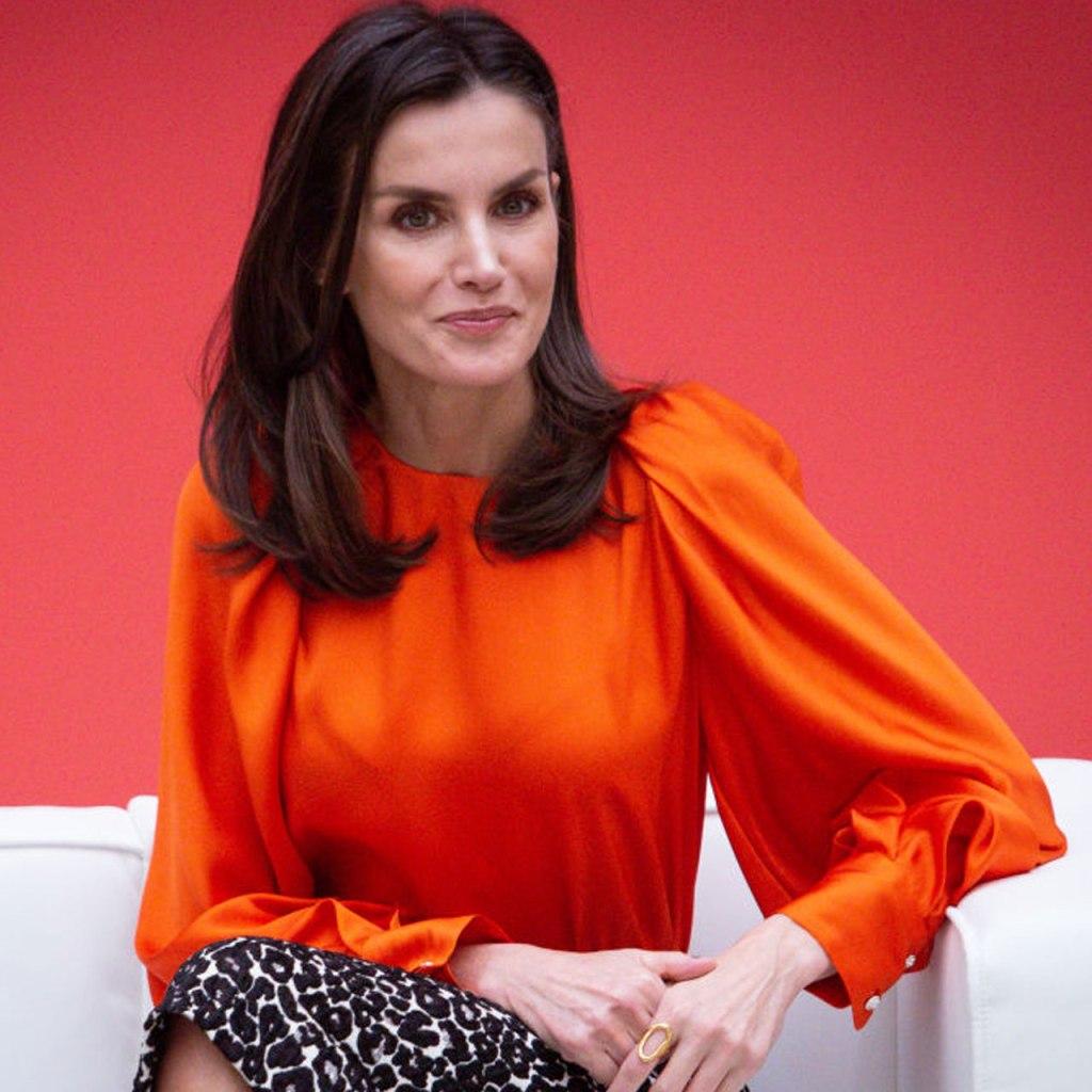 La reina Letizia llevó una blusa del color de la temporada y obvio, era Zara
