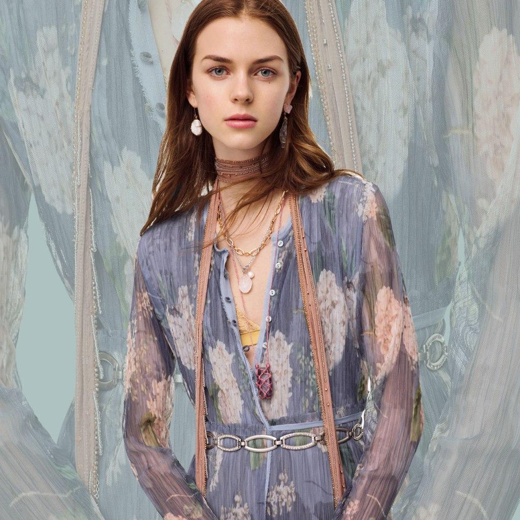 Zara creó un vestido mitad camisero, mitad plisado y lo queremos ¡ya!