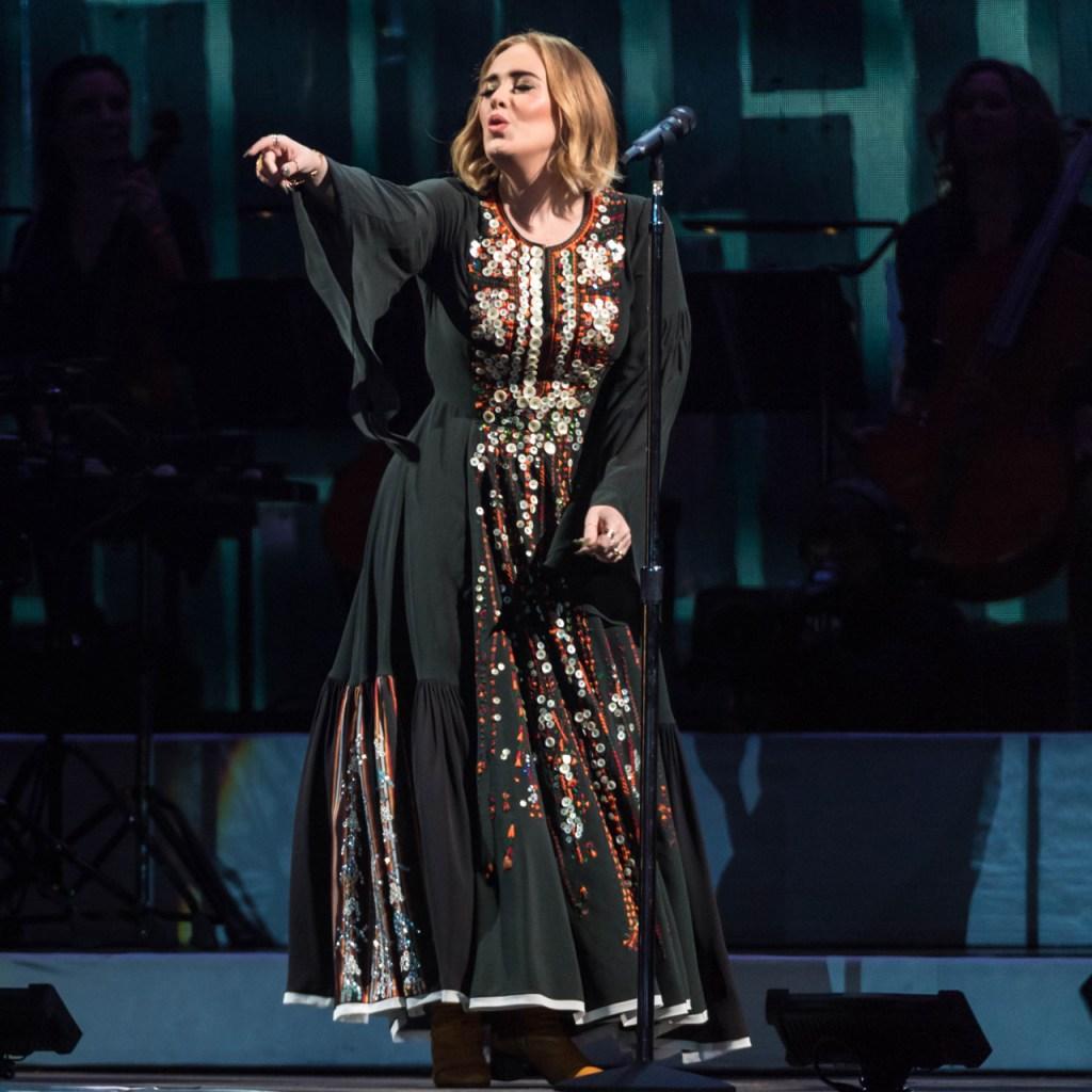 Adele usó su vestido Glastonbury 2016 mientras vio su actuación en casa