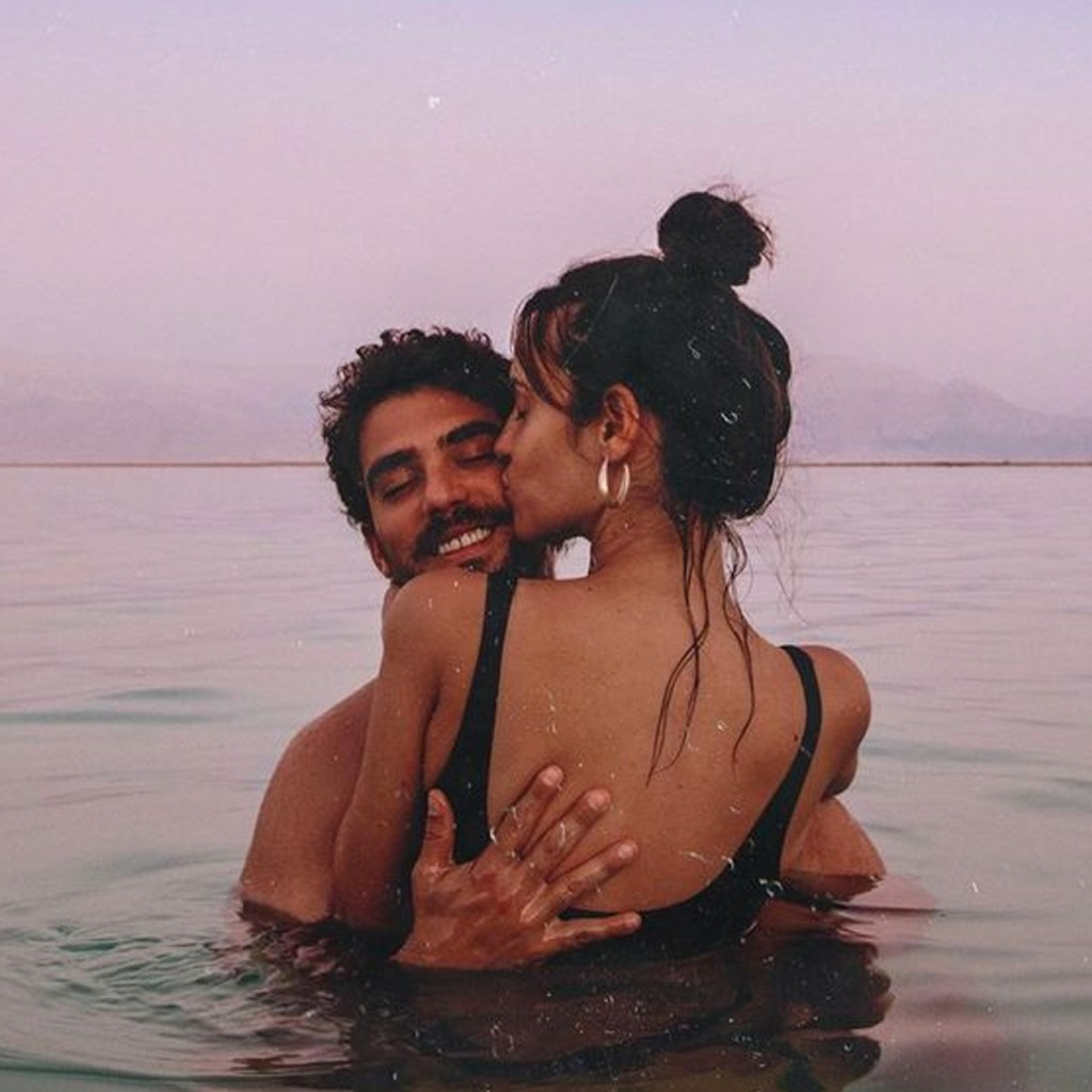 Si tu pareja no cierra los ojos al besarte, esto significa
