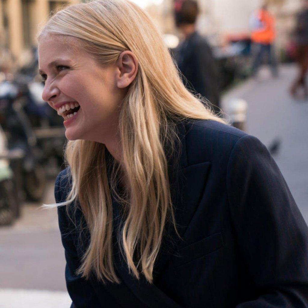 El look de Camille en 'Emily in Paris' que es perfecto para tu próxima junta